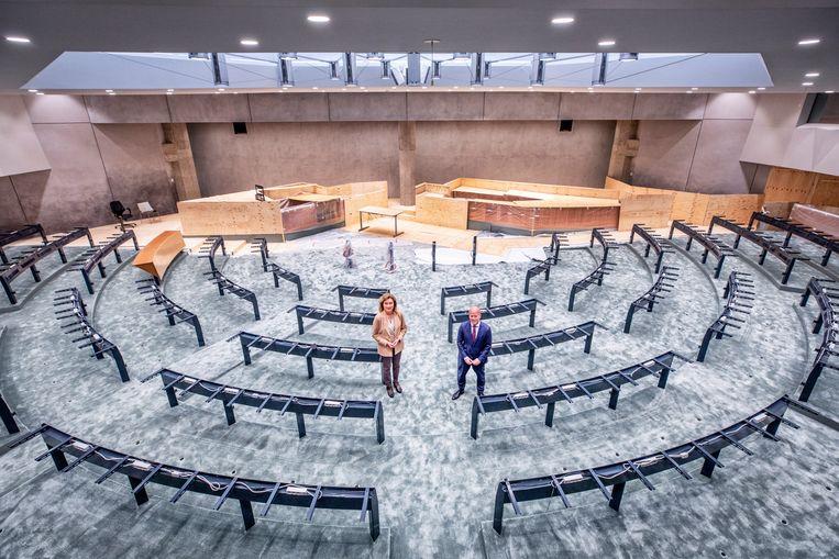 Kamervoorzitter Vera Bergkamp en demissionair staatssecretaris Raymond Knops in de tijdelijke vergaderzaal van de Tweede Kamer. Beeld Raymond Rutting / de Volkskrant