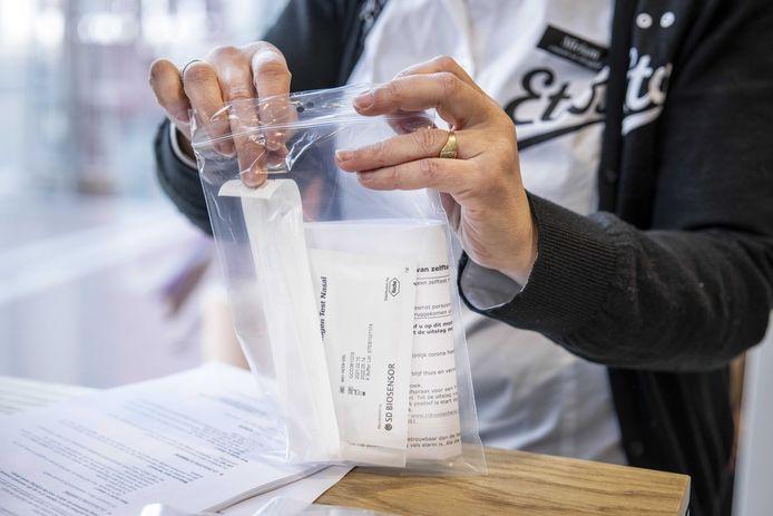 Een coronazelftest bij drogisterijketen Etos. Met de sneltesten kunnen mensen bij zichzelf een test afnemen om te kijken of zij besmet zijn met het coronavirus.