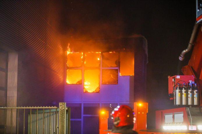Uitslaande brand bij wasstraat in Helmond.