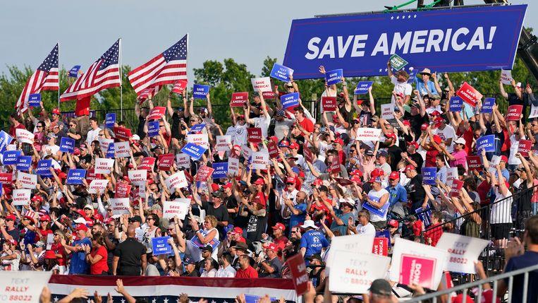 Uitgelaten aanhangers bejubelen oud-president Trump in Wellington (Ohio). Beeld AP