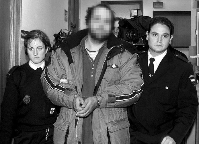 Mike J. opgepakt door de politie.