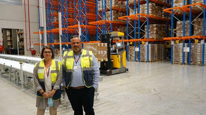 Deputy  general manager Katleen Crauwels en managing directeur Bruno Jacques in het nieuwe magazijn.