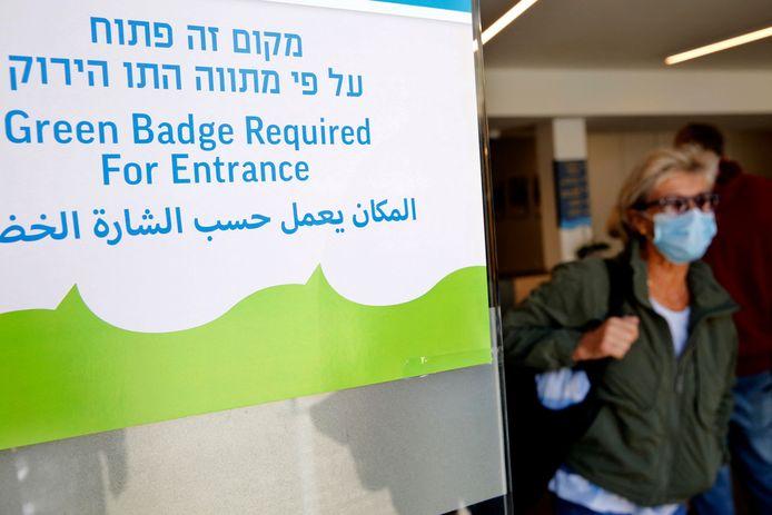 Een groene pas is vereist om het openbare zwembad in Tel Aviv te betreden.