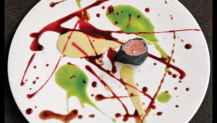 'Mooi en psychedelisch spin-painted kalfsvlees': het vlees wordt eerst gemarineerd in melk, en vervolgens geserveerd met sausjes in drie kleuren, net een schilderij van Damien Hirst.  Beeld rv