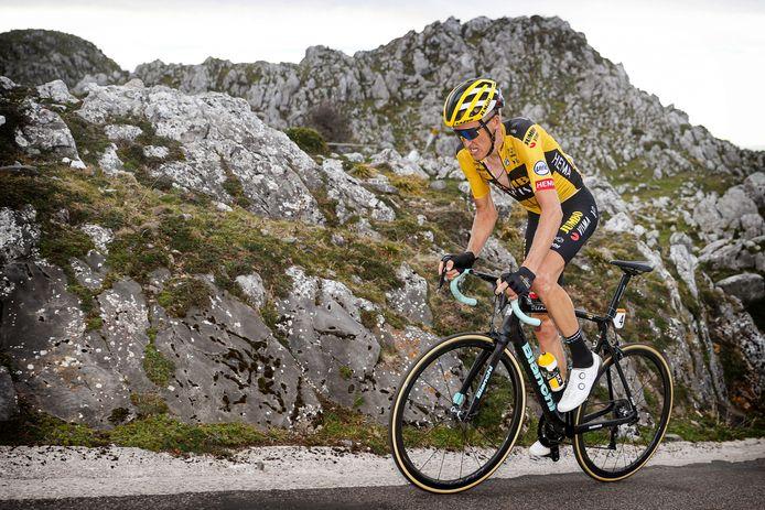 Met een verbeten blik rijdt Robert Gesink naar boven op de Alto de l'Angliru.