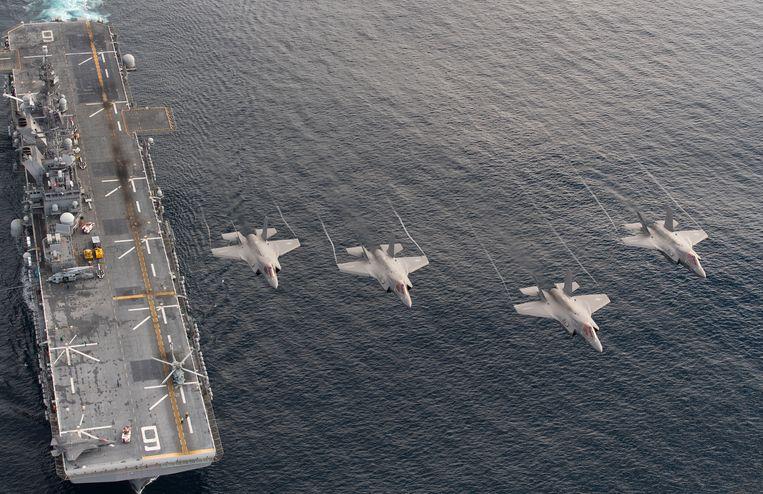 F-35's aan boord van het Amerikaanse vliegdekschip USS America tijdens een testvlucht. Beeld Lockheed Martin