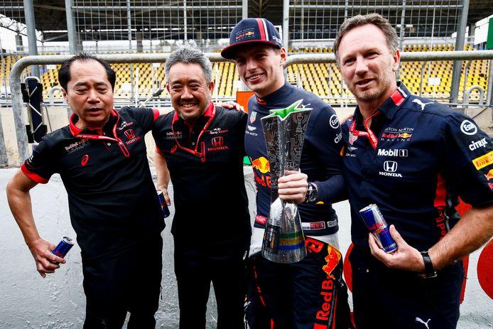 Max Verstappen met Honda-topmannen Toyoharu Tanabe, Masami Yamamoto en Red Bull-teambaas Christian Horner na zijn gewonnen GP in Brazilië op 17 november 2019.