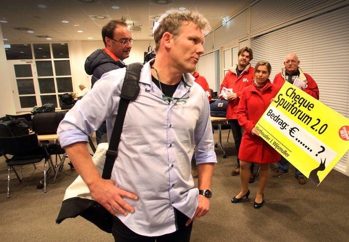 Protest in het Haagse stadhuis tegen het nieuwe cultuurcomplex aan het Spui. Wijsmuller is er not amused over.