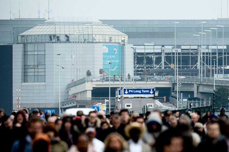 Reizigers ontvluchten de luchthaven van Zaventem na de aanslag van 22 maart 2016.  Beeld BELGA