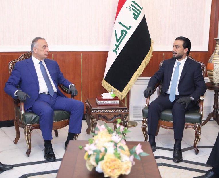 De voorzitter van het Iraakse parlement Mohammed al-Halbousi (rechts) met de nieuwe Iraakse premier Moustafa al-Kazimi. Beeld VIA REUTERS