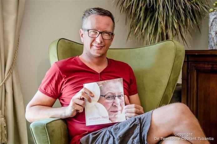 Rolf Lucas heeft een dichtbundel uitgebracht, gebaseerd op zijn ervaringen in de zorg voor dementerenden.