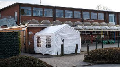 """""""De tent is geplaatst en de permanentie is geregeld"""": ouders kamperen aan kleuterschool, 8 dagen voor start inschrijvingen"""