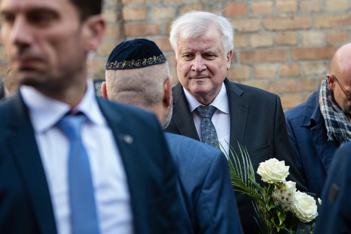 Horst Seehofer bij de synagoge in Halle, waar de aanslag plaatsvond.