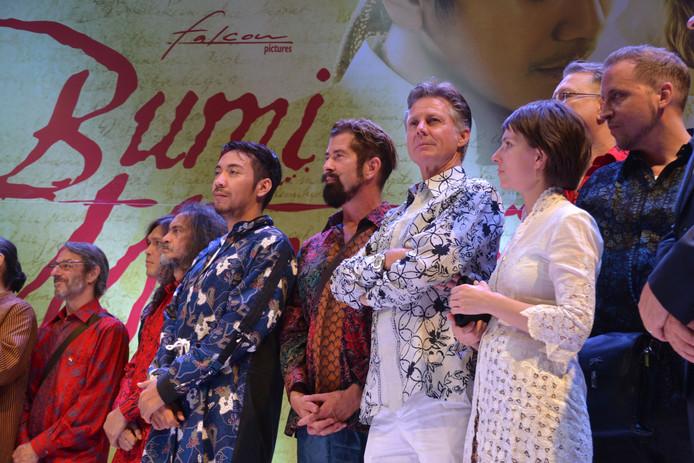 Rob Hammink (vierde van rechts) bij de première van de film Bumi Manusia.