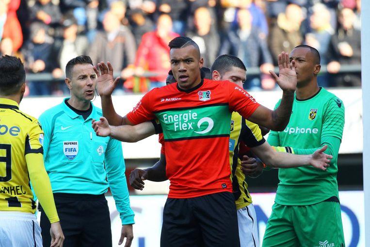 Jay-Roy Grot in actie tegen Vitesse. Beeld photo_news