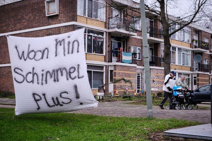 Dit spandoek maakt het ongenoegen van de bewoners van de Staatsliedenbuurt in Schiedam duidelijk.