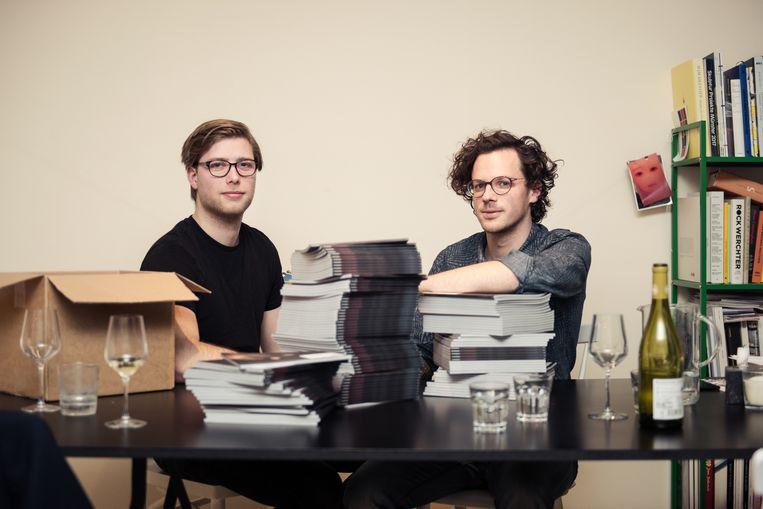 ►Anders Vranken en Quinten Cormenier, oprichters van '33-45', bij een stapel magazines, vers van de drukker. Het geld voor de lancering van hun nieuwe muziektijdschrift vonden ze dankzij crowdfunding. Beeld Damon De Backer
