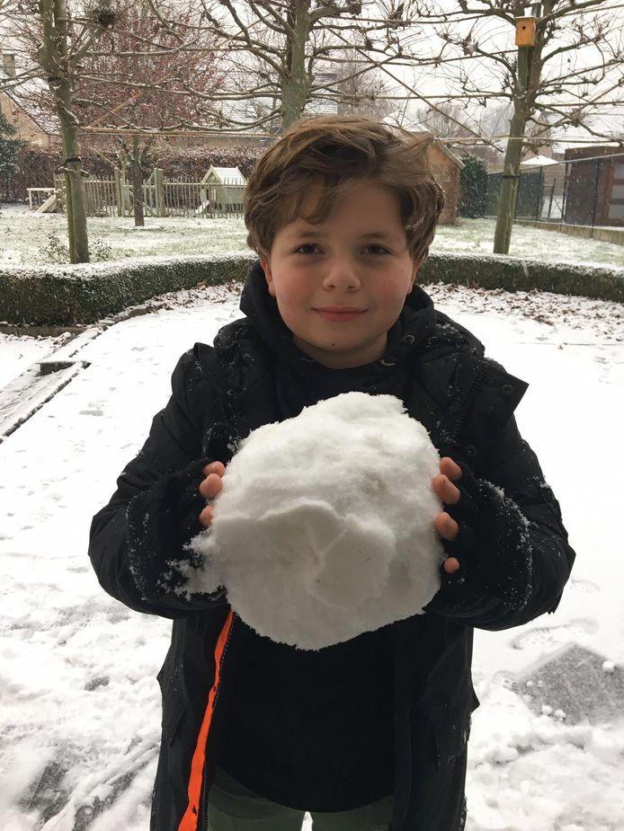 Ook Emiel probeerde in Gijmel een sneeuwman te maken of op zijn minst een grote sneeuwbal.