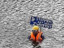 Klimaatzwemmer Matthijs duikt in de Hofvijver: 'VVD stemmen? Dat wordt zwemmen!'