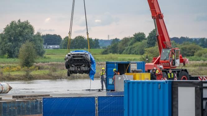 Auto vermiste man uit de IJssel getakeld met stoffelijk overschot erin: en de toeristen kijken mee