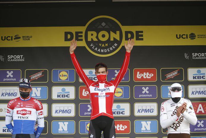 Asgreen (m) op het podium, naast Van der Poel (l) en Van Avermaet.