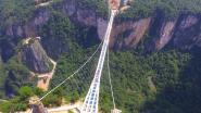 De hoogste bungeejump ter wereld? Dat kan vanaf deze glazen brug in China