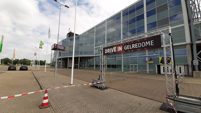 De ingang van de drive-in van GelreDome, op de zuidwesthoek van het stadion.