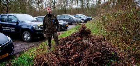 Afval, dode coniferen en drugsresten, waar moet het heen met de parkeerplaats in het Woudhuizerbos?