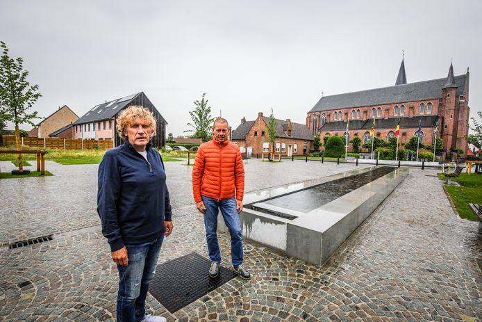 Schepenen Frank Casteleyn (CD&V) en Jan Pollet (CD&V) bij het vernieuwde dorpsplein in Snellegem.
