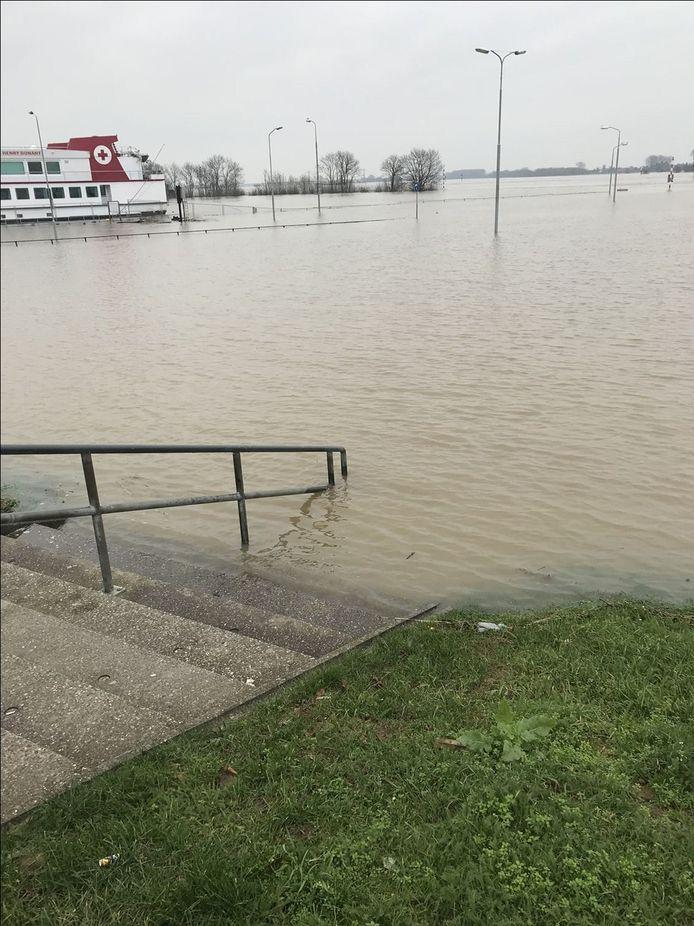 De parkeerplaats aan de kade in Tiel staat op het punt van overstromen.
