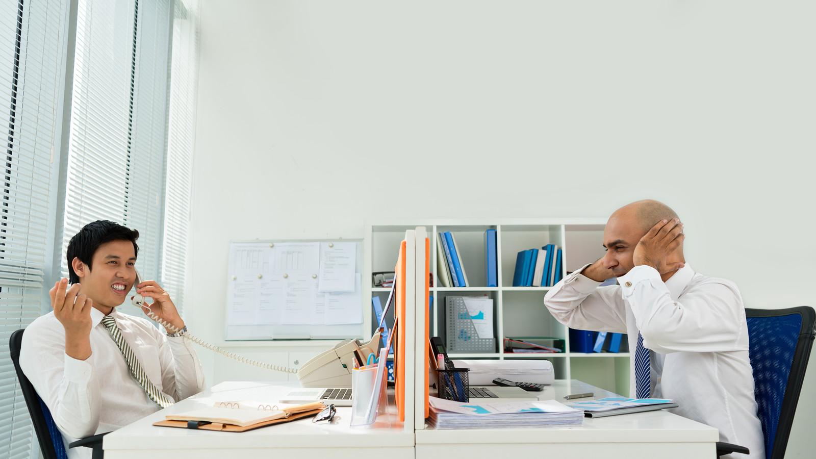 Pratende collega's, telefoongesprekken en rinkelende telefoons blijken voor veel afleiding te zorgen. Foto ter illustratie.