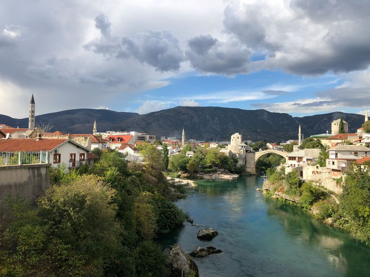De oude brug over de Neretva is vooral een symbolische verbinding tussen het Kroatische en moslimgedeelte van Mostar. Beeld Thijs Kettenis