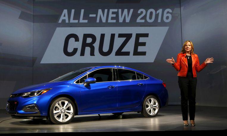Ceo Mary Barra van General Motors bij de presentatie van de vernieuwde Chevy Cruze in 2015. General Motors staakt de productie van dit model, waardoor fabrieken moeten sluiten.  Beeld Reuters