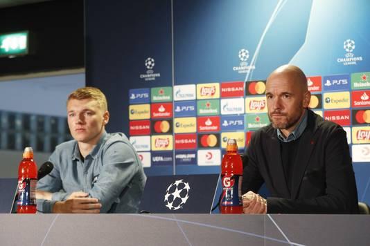 Perr Schuurs en Erik ten Hag bij de persconferentie.