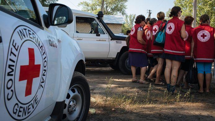 Medewerkers van het Internationale Rode Kruis staan klaar om hulpgoederen te verdelen in Starobelsk, Oekraïne.