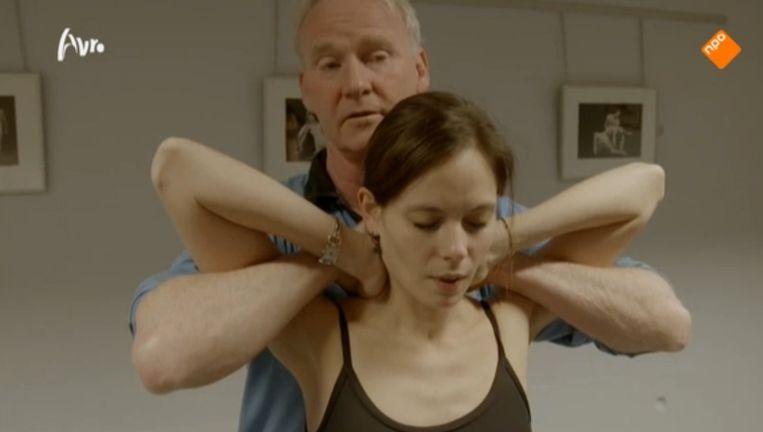 Fysiotherapeut John ten Kulve kraakt de nek van sterdanseres Igone de Jongh. Beeld Bloed, zweet en blaren.