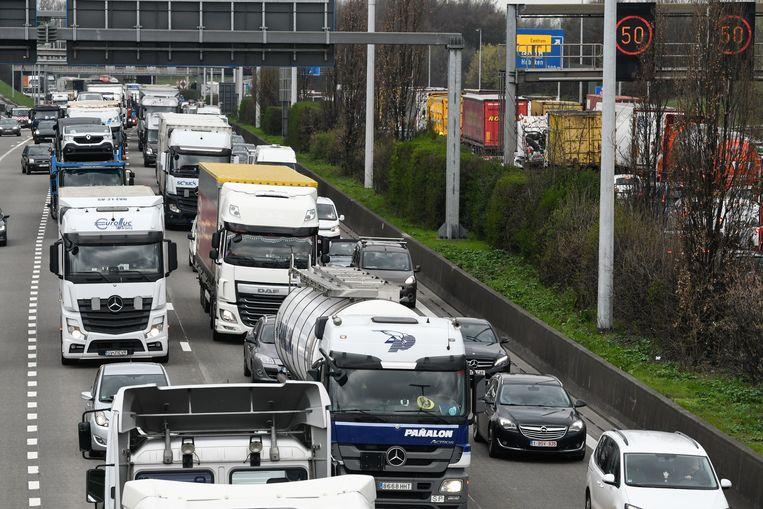 Vrachtwagens op de ring van Antwerpen. Met de huidige maatregelen zal ons transport nog altijd te veel uitstoten om de Europese doelstellingen van 2030 te halen. Beeld Photonews