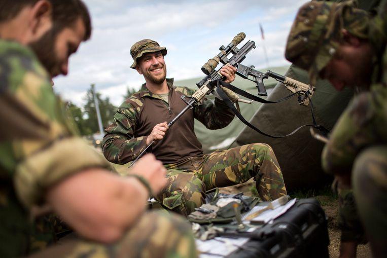 Militairen maken voor een Navo-oefening in Polen hun materiaal schoon.  Beeld Julius Schrank