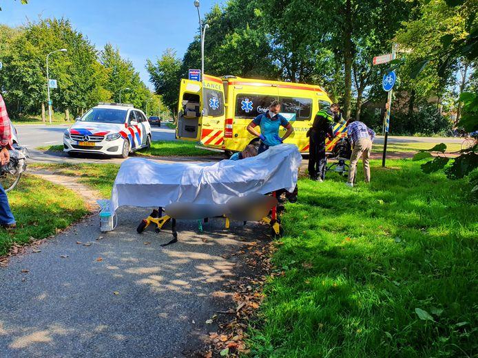 Het slachtoffer in Wijchen wordt behandeld door ambulancepersoneel.
