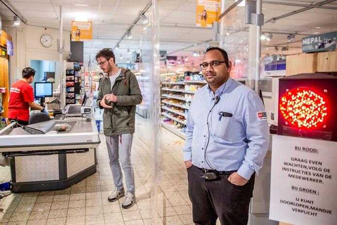 Supermarkteigenaar Nawin Harpal wacht af op wat komen gaat.