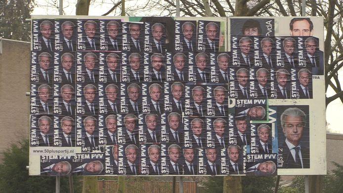 Tientallen posters van Geert Wilders op een verkiezingsbord in Geldrop.