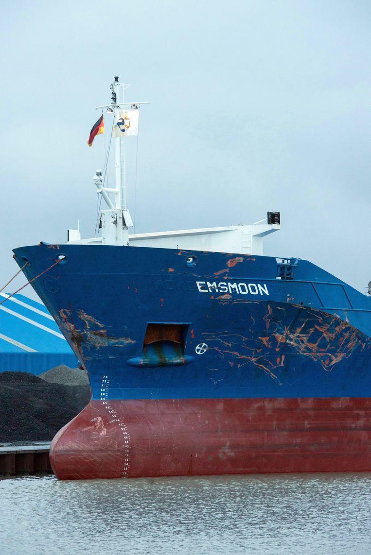 Vrachtschip Emsmoon, waarop de schade goed te zien is. Beeld epa
