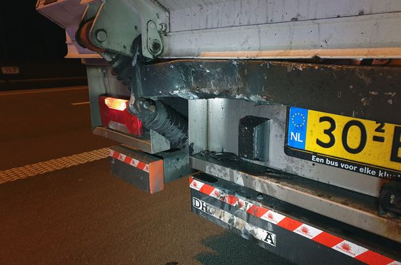 De schade aan de vrachtwagen na de aanrijding door de moto