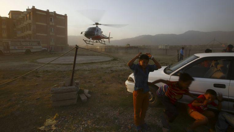 Een helikopter met één van de slachtoffers van de crash landt bij ziekenhuis in Kathmandu. Beeld reuters
