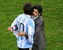 Maradona als bondscoach van Argentinië op het WK 2010 met Messi.