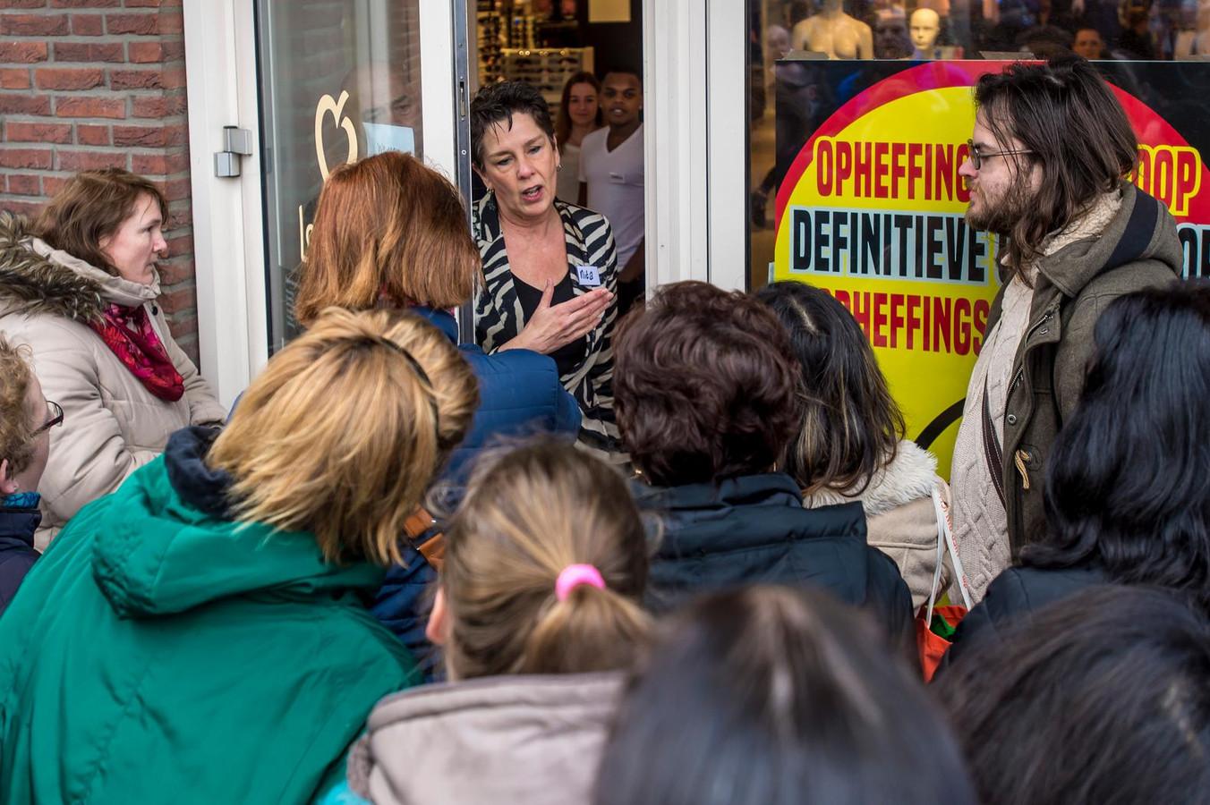 Toen Van Wijngaarden alle klanten zag bij de opheffingsverkoop in Gorinchem, dacht ze: 'Waar waren jullie al die tijd?'