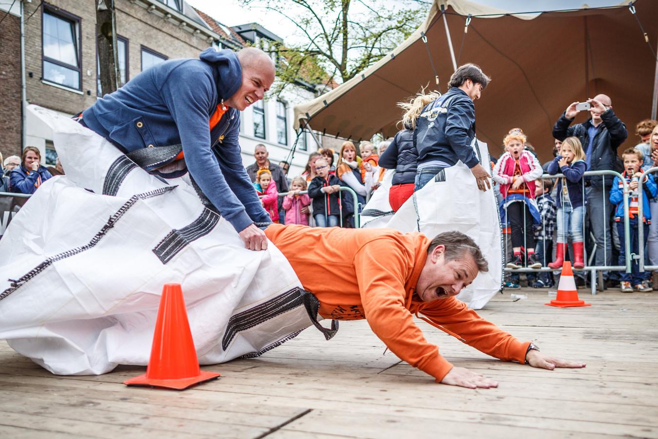 Remco Heus en Adrian van den Bemt doen in Zevenbergen een niet al te geslaagde poging zaklopen. Foto van Koningsdag 2015.