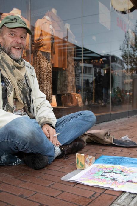 Dakloze Erik (52) leeft van zijn tekentalent: 'Soms heb ik te weinig geld en slaap ik op straat'
