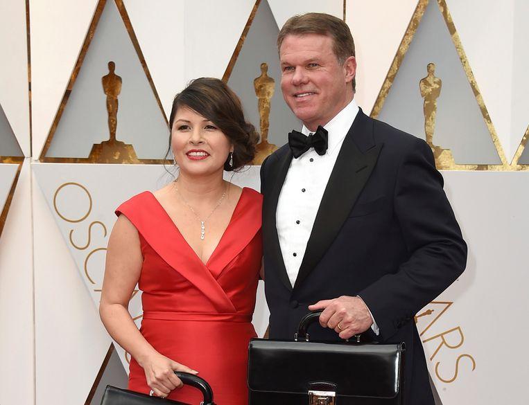 De twee accountants van PricewaterhouseCoopers, Martha Ruiz en Brian Cullinan, mogen nooit meer in de buurt van de Oscar-enveloppen komen. Beeld Jordan Strauss/Invision/AP