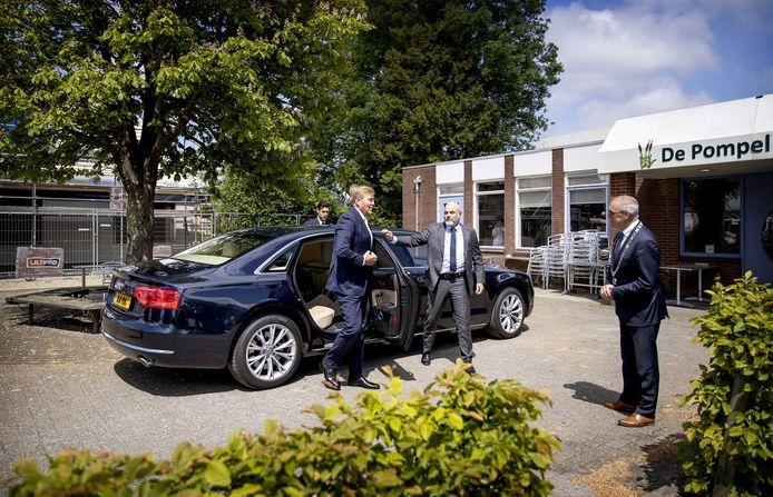 Koning Willem-Alexander arriveert bij het dorpshuis. De koning spreekt hier met inwoners van Overschild over de gevolgen van de aardgaswinning.
